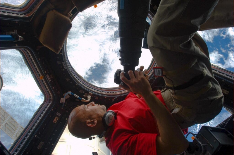 Astronaut Luca Parmitano is ready to photograph the Earth from the ISS. Credits: ESA