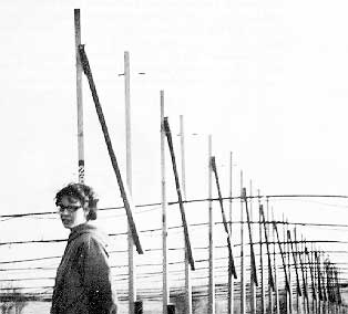 Cambridge 1967, Jocelyn Bell photographed in front of the radiotelescope.